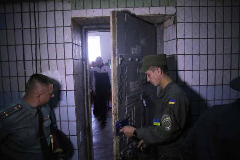 Два «Че-Пе» у вінницькій тюрмі: чи катували «зека» і хто із-за грат керував розбоями по мобілці?