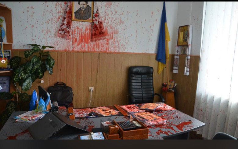 Чому у Гнівані кабінет голови ОТГ облили кров'ю? Це – робота Кремля чи протест за «кришування» кар'єру?