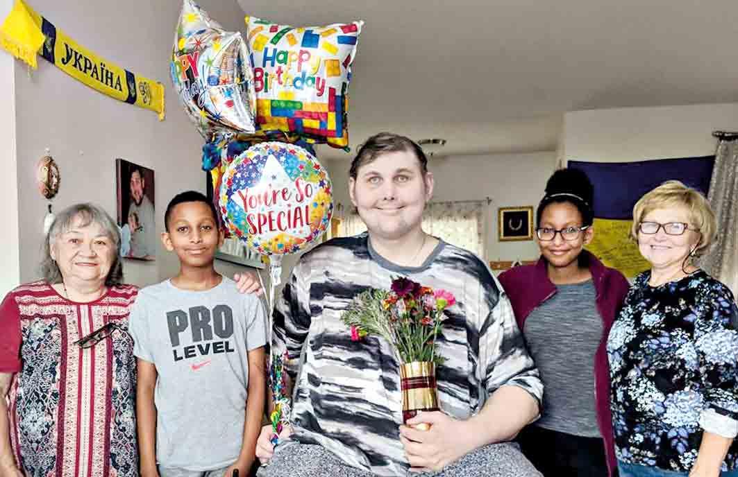 Найвищому американцю з Бара виповнилось 36. Він із мамою – активні волонтери