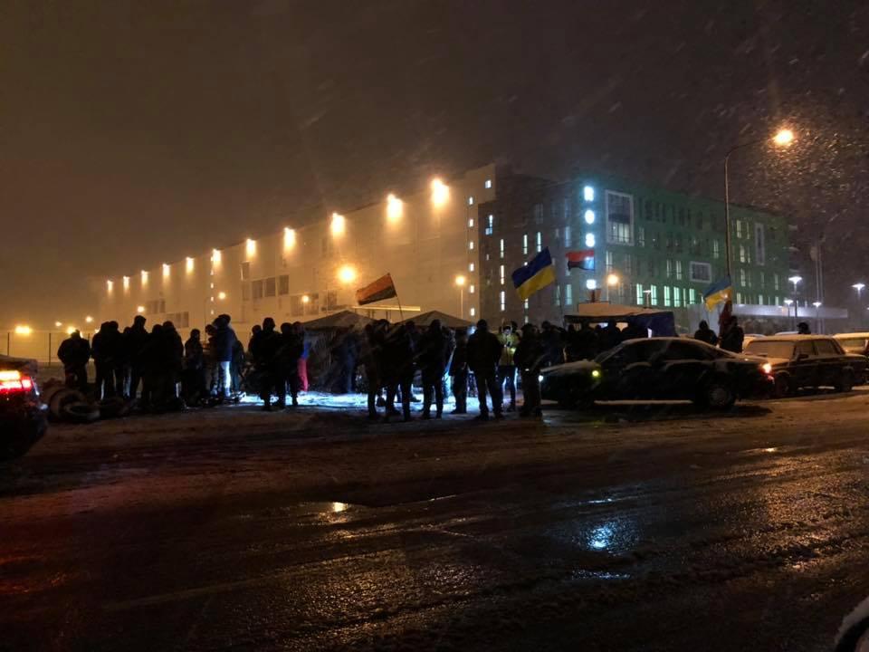 Під «Рошеном» у Вінниці палили багаття і показували кіно про обіцянки Порошенка (відео)