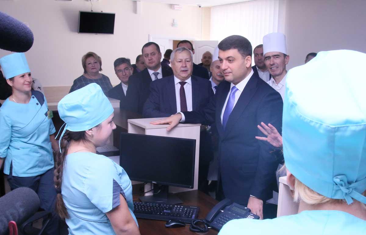Гройсман і Супрун у Вінниці дивились хірургію «Пироговки» та радились із медиками за зарплати, реформу «швидких» та «доступні ліки» (відео)