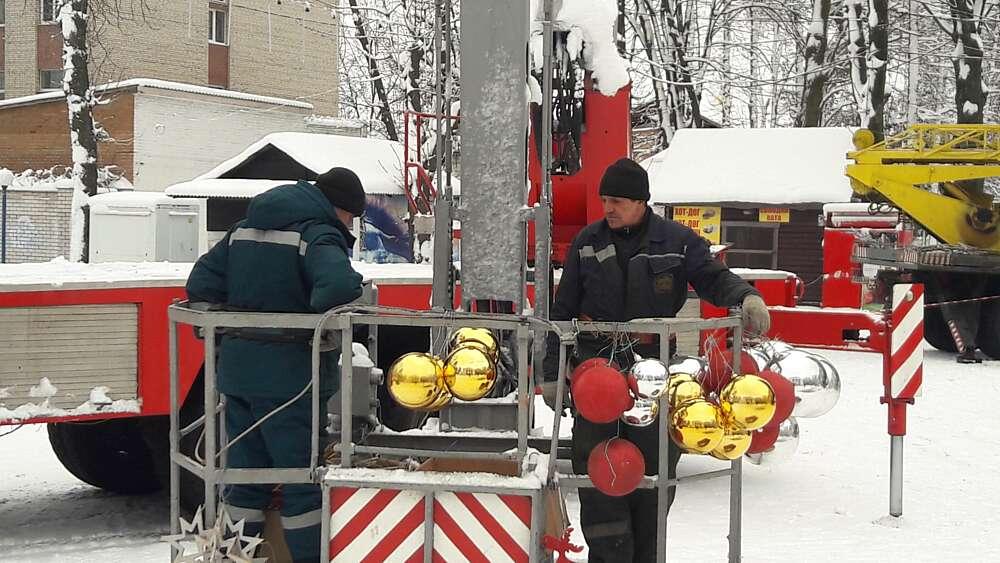 У Вінниці «зібрали» 28-метрову Ялинку №1! Технічний запуск красуні сьогодні 17 грудня (відео)