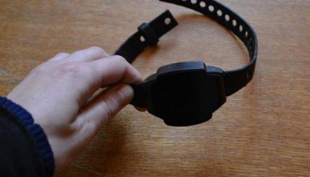 Продану не можуть знайти е-браслет, бо в Києві та області дефіцит