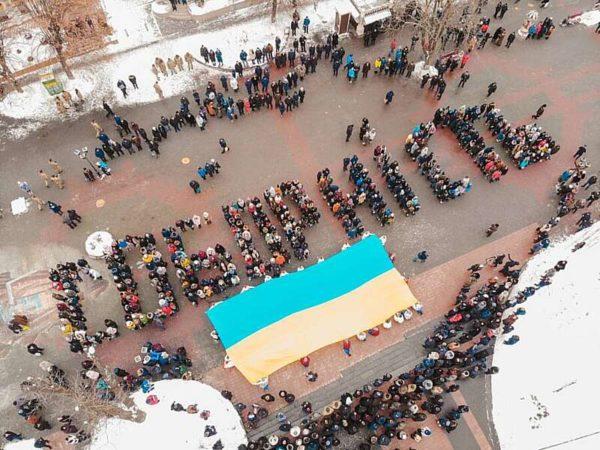 500 вінничан під Вежею розгорнули Прапор України і зібрали слово «Соборність» під час флешмобу «Єдина Країна» (відео)