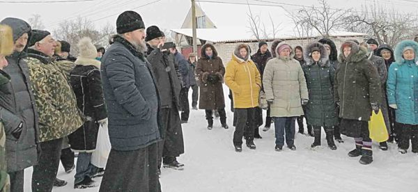 У Красносілці невідомі «бритоголові» та привезені цигани організували хресну ходу і кричали «Путин, помоги!»