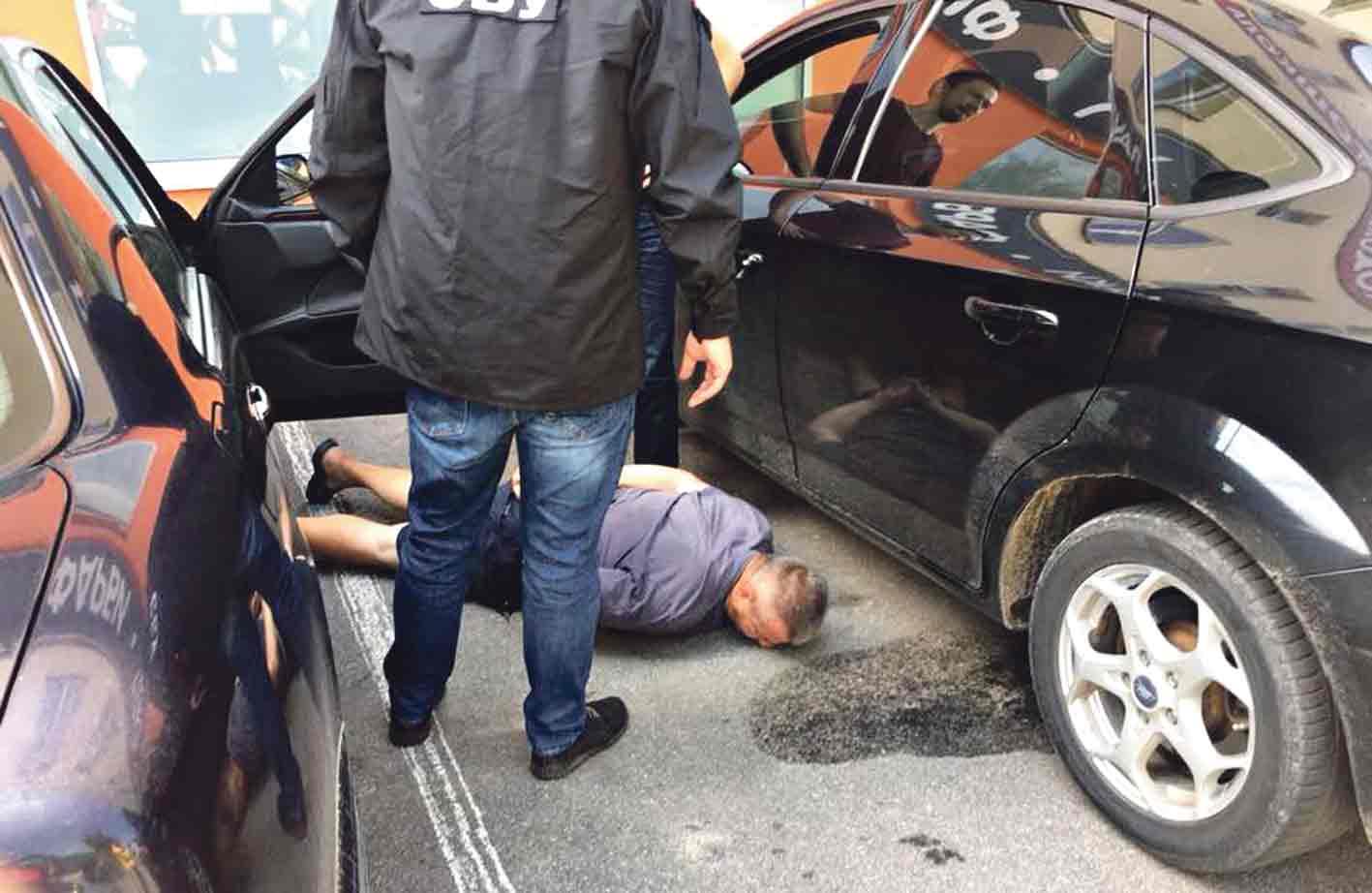 Підозрюваного у хабарництві прокурора зі Жмеринки звільнили. Суди ще тривають
