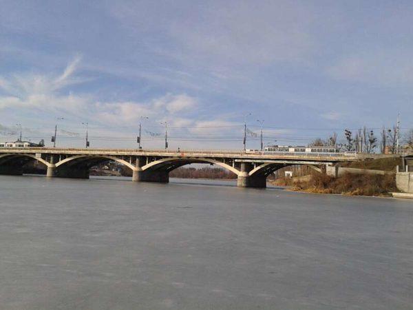 У Вінниці пенсіонерка стрибнула з Центрального мосту. На щастя, жінка вижила, але отримала дуже важкі травми
